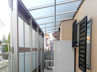 エクステリアリフォーム 給湯器を雨から守りつつ、荷物も置いておけるテラス屋根