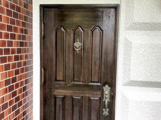 小工事 濃い目の色で塗装し重厚感を持たせた玄関ドア