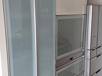 キッチンリフォーム 家電類を視界からシャットアウトし、クールな空間を演出するカップボード