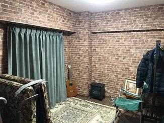内装リフォーム レンガ調の壁紙で趣味に没頭できる部屋