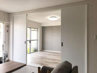 内装リフォーム モノトーンな配色で統一感のあるリビングと洋室