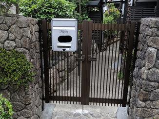 エクステリアリフォーム 既存のポストも固定できる新しい門扉