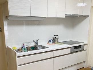 キッチンリフォーム 梁に合わせた加工で収納力がアップしたキッチン