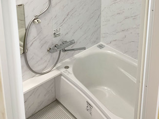 バスルームリフォーム モノトーンの配色で統一されたシンプルな浴室