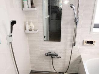 バスルームリフォーム 2つのシャワー水栓がついてお孫さんと一緒に入れる浴室