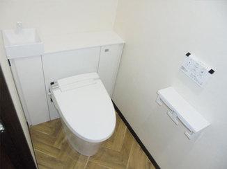 トイレリフォーム 白を基調に床のデザインがアクセントになった内装のトイレ