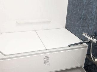 バスルームリフォーム 深いブルーのアクセントパネルでリラックスできるバスルームに