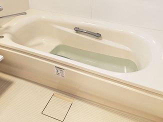 バスルームリフォーム 浴室扉の段差をなくし、安全に配慮したバスルーム