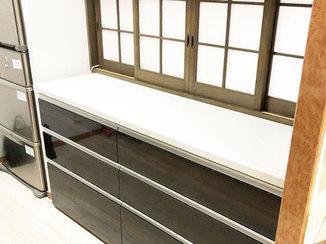 キッチンリフォーム 開き戸から引き出しに変え、物を取り出しやすくしたキッチン収納
