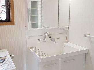 洗面リフォーム 洗面台と共に内装も一新、白を基調とした明るい洗面所に