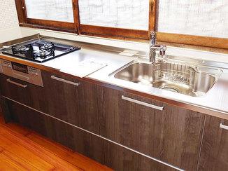 キッチンリフォーム 作業台の高さを調整し腰への負担を軽減したキッチン