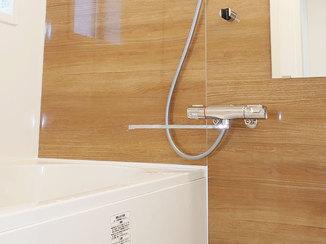 バスルームリフォーム 家族分のウェットスーツが干せる、浴室暖房機&ランドリーパイプ付きユニットバス