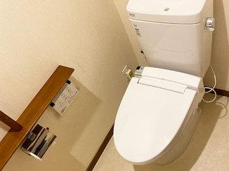 トイレリフォーム 節水型便器がついた、明るく掃除がしやすいトイレ空間
