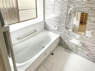 バスルームリフォーム 手すりつきの安心してリラックスタイムを楽しめるバスルーム