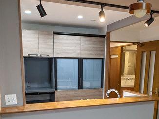 キッチンリフォーム リビングを見渡す開放的なキッチン空間