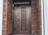 エクステリアリフォームゴールドのハンドルとよく合う玄関ドア