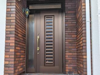 エクステリアリフォーム ゴールドのハンドルとよく合う玄関ドア